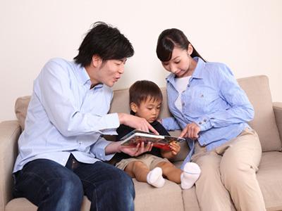 絵本を読み聞かせ、心と日本語を美しく育みます
